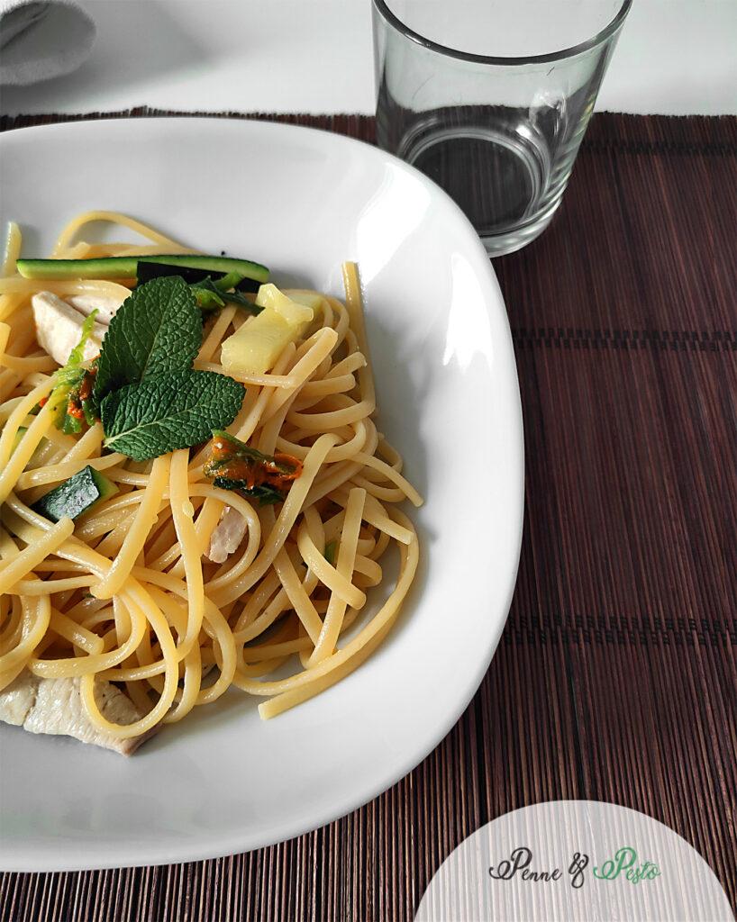 Pasta con sauté di pollo e zucchine